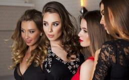 Sluit omhoog portret van vier mooie betoverende modellen in studio Stock Afbeelding