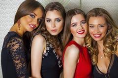 Sluit omhoog portret van vier mooie betoverende modellen in studio royalty-vrije stock foto