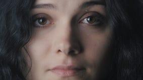 Sluit omhoog portret van vrouw met bruine ogen stock footage