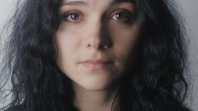 Sluit omhoog portret van vrouw met bruine ogen bij witte achtergrond stock videobeelden