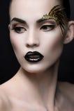 Sluit omhoog portret van vrouw met expressieve make-up Stock Foto's