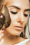 Sluit omhoog portret van vrouw met slak op gezicht Stock Foto
