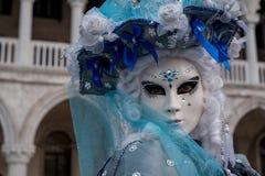 Sluit omhoog portret van vrouw in mooi blauw kostuum, hoed en masker bij het Dogespaleis, Venetië, tijdens Carnaval stock foto's