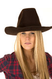 Sluit omhoog portret van vrouwelijk model in cowboyhoed Royalty-vrije Stock Fotografie