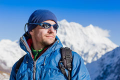 Sluit omhoog portret van wandelaar die de horizon in de bergen bekijkt Royalty-vrije Stock Afbeelding