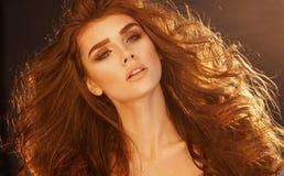 Sluit omhoog portret van zeer mooie vrouw met volume gezond Cu Stock Afbeeldingen