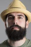 Sluit omhoog portret van zekere trotse hipster die strohoed dragen bekijkend camera stock afbeelding