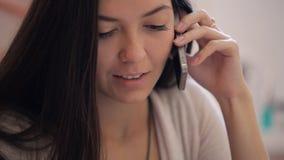 Sluit omhoog portretmening van vrouw het spreken op celtelefoon stock footage