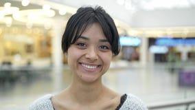 Sluit omhoog portretschot van Aziatisch wijfje met mooie glimlach stock video