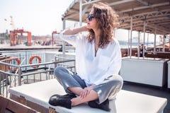 Sluit omhoog portretvrouw met krullende haar reizende veerboot Royalty-vrije Stock Foto