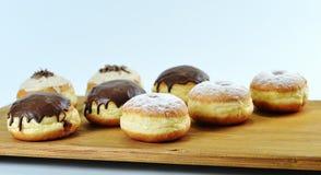 Sluit omhoog Prachtig geschikte heerlijke doughnuts met suikerglazuur, s stock afbeeldingen
