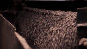 Sluit omhoog proces van verpletterd puin die, mijnbouw vallen Verpletterend macadam bij een fabriek stock fotografie