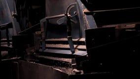 Sluit omhoog proces van verpletterd puin die, mijnbouw vallen Verpletterend macadam bij een fabriek royalty-vrije stock afbeelding