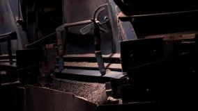 Sluit omhoog proces van verpletterd puin die, mijnbouw vallen Verpletterend macadam bij een fabriek royalty-vrije stock foto