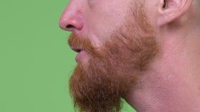 Sluit omhoog profielmening van mond van het boze gebaarde mens spreken stock videobeelden