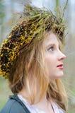Sluit omhoog profielportret van een meisje in een volks middeleeuwse stijl stock afbeeldingen