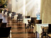 Sluit omhoog restaurantlijsten en zonnestraal royalty-vrije stock afbeeldingen