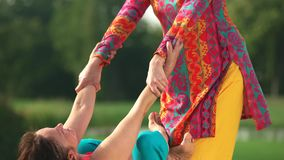 Sluit omhoog rijpe vrouw die uitrekkende oefening uitvoeren stock footage