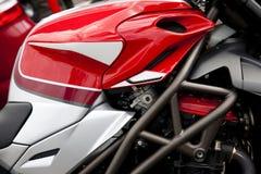 Sluit omhoog rode en witte motorfiets Royalty-vrije Stock Foto's