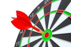 Sluit omhoog rode pijltjepijl op centrum van dartboard Stock Afbeelding