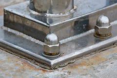 Sluit omhoog roestvrij staalmeerpaal of bitts in het dok stock afbeelding