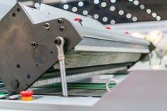 Sluit omhoog rolwrijvingswiel voor voedereenheid van modern en geavanceerd technisch van automatische publicatie of drukmachine royalty-vrije stock foto