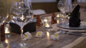 Sluit omhoog romantisch kaarslichtdiner in restaurant, ongebruikelijk vaatwerk stock videobeelden