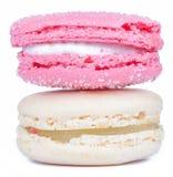 Sluit omhoog romig wit en nam roze Franse makarons op witte bedelaars toe stock foto's