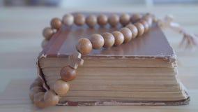 Sluit omhoog rozentuin liggend op Bijbel stock footage