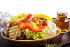 Sluit omhoog, Salade gezond voedsel op zwarte steenachtergrond isoleer stock foto
