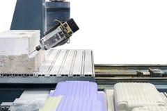 Sluit omhoog scherp hulpmiddel die met werkstuk door hoge nauwkeurigheidscnc malenmachine met geïsoleerde exemplaarruimte aan wit stock foto's