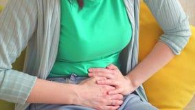 Sluit omhoog scherpe buikpijn in een vrouw stock video