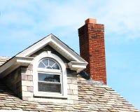 Sluit omhoog schoorsteen op het dak stock afbeeldingen