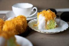 Sluit omhoog selectief nadrukstuk van de Gouden Cake van de Eierdooierdraad, o stock foto