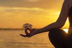 Sluit omhoog Silhouethanden De vrouw doet yoga openlucht Vrouw uitoefenen essentieel en meditatie voor de club van de geschikthei stock afbeeldingen
