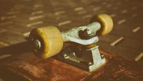 Sluit omhoog skateboardwiel professionele extreme sportapparaten en demonstratie die elementen met een skateboard rijden Chassis, royalty-vrije stock fotografie