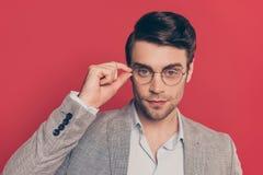 Sluit omhoog slim portret van slim, unshaved mannelijke, overweldigende kerel royalty-vrije stock afbeeldingen
