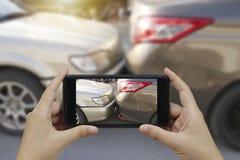 Sluit omhoog smartphone van de handholding en neem foto bij de scène van stock fotografie