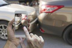 Sluit omhoog smartphone van de handholding en neem foto bij de scène van royalty-vrije stock foto