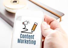 Sluit omhoog smartphone van de handholding met Inhoud marketing woord en Stock Afbeeldingen