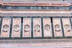 Sluit omhoog standbeeld bij Portaal van Cattedrale-Di Santa Maria del Fiore Royalty-vrije Stock Foto