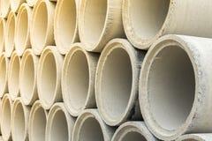 Sluit omhoog stapel concrete drainagepijpen royalty-vrije stock foto