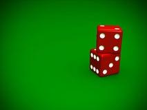 Sluit omhoog stapel van rood dobbelt op groene achtergrond Royalty-vrije Stock Afbeeldingen