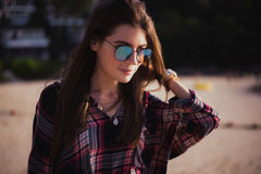 Sluit omhoog strandportret van vrolijk blonde hipster Wild meisje op de zomerstrand met zonnebril, hipster meisjesstijl Stock Afbeelding