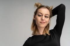 Sluit omhoog studioportret van het vrolijke blondemeisje gek gaan royalty-vrije stock fotografie