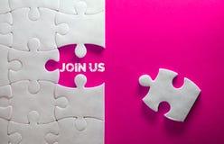 Sluit omhoog stuk van witte puzzel met Join ons tekst, concep Royalty-vrije Stock Foto's