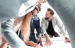 Sluit omhoog succesvol ontwerpteam die een nieuw project bespreken stock fotografie