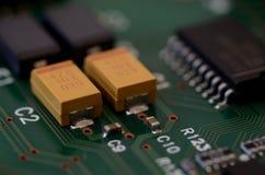 Sluit omhoog tantaliumcondensatoren op PCB Royalty-vrije Stock Foto's