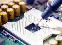 Sluit omhoog - Technicusingenieur die de computermotherboard meten van de multimetercpu contactdoos stock afbeeldingen