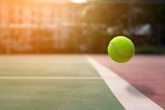 Sluit omhoog tennisbal op de hovenachtergrond Royalty-vrije Stock Fotografie